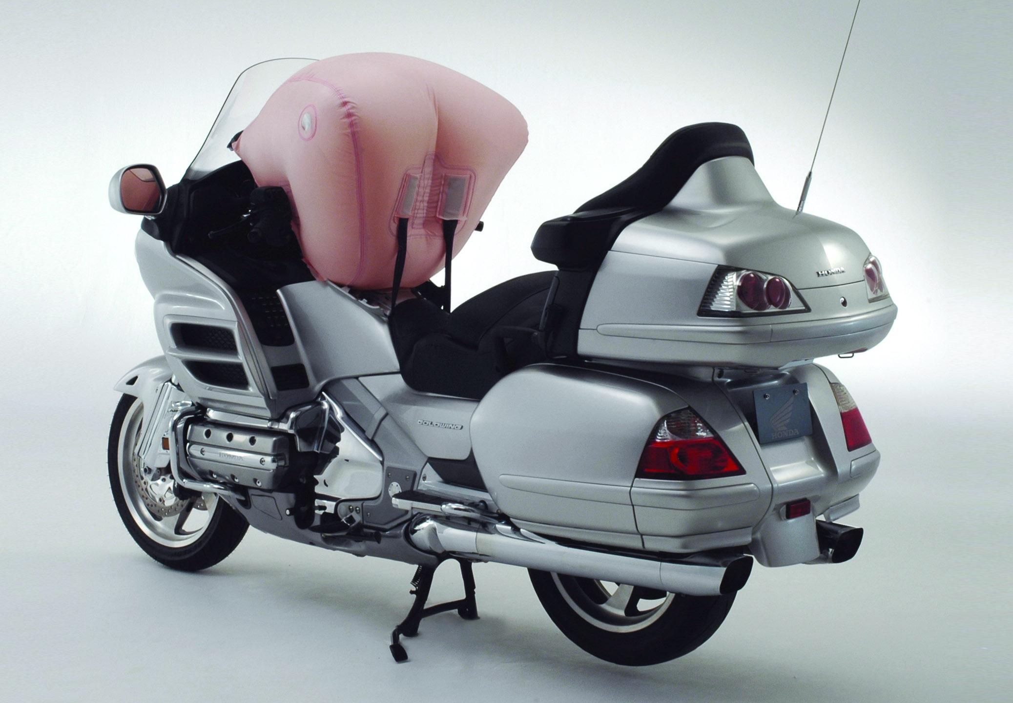 honda goldwing 1800 la moto qui r alise un miracle dynamique. Black Bedroom Furniture Sets. Home Design Ideas