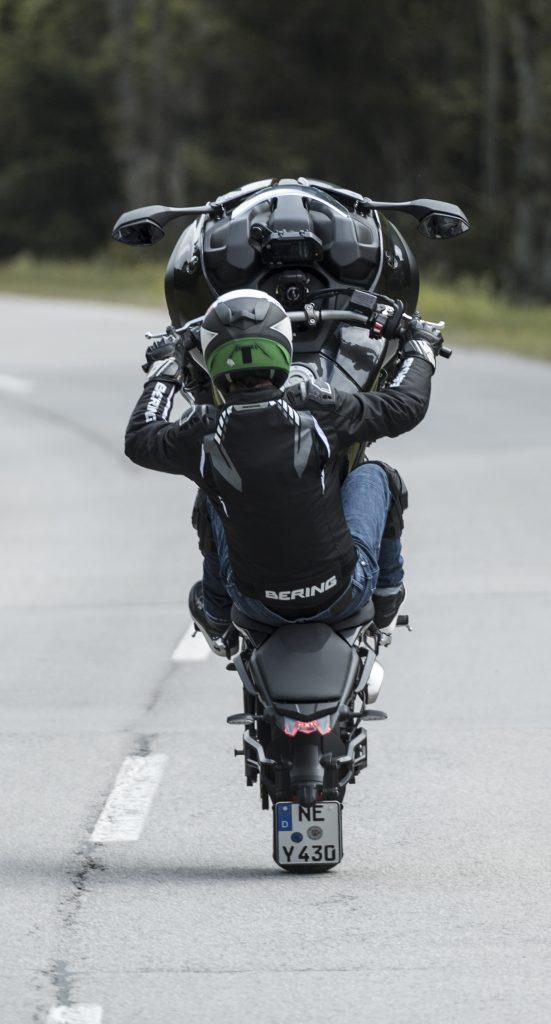 Yamaha Niken Wheeling de dos