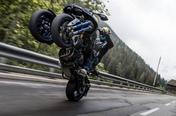 Ce que ça fait de faire un wheeling en Yamaha Niken